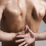 Беспокоит боль в груди и под лопатками — куда обращаться?