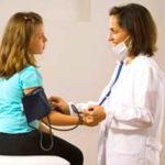 Сильно болит сердце у подростка — причины и лечение